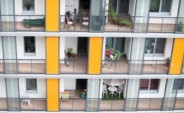 Skoro gminy wycofały się ze świadczenia usług mieszkaniowych na poważną skalę, obywatele i obywatelki muszą celować w kupno mieszkania na własność lub w najem.