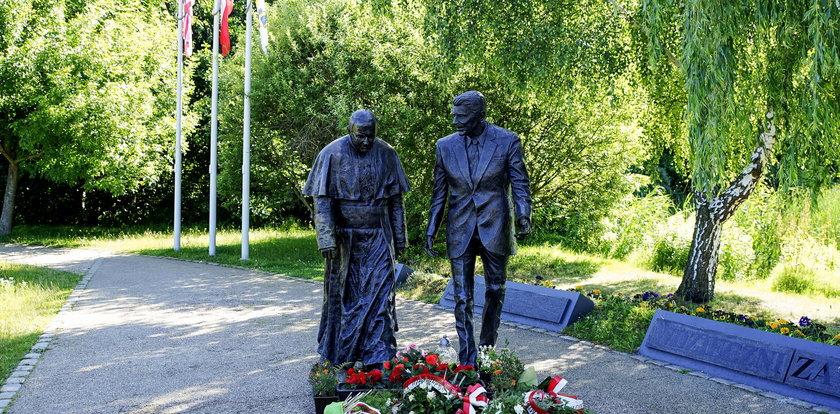 Kto znieważył pomnik papieża Polaka?