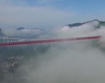 BI: Chiński most w chmurach. Niesamowite zdjęcia z drona