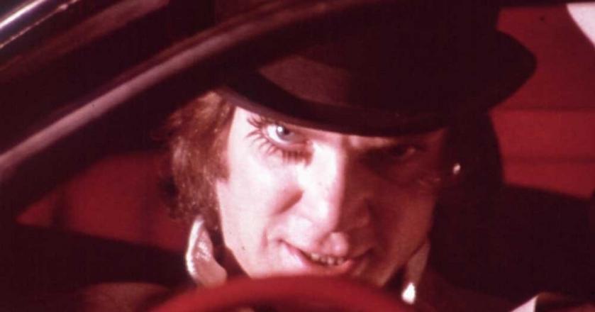 """Film Stanleya Kubricka """"Mechaniczna pomarańcza"""" bazuje na równie wstrząsającej książce Anthony'ego Burgessa"""