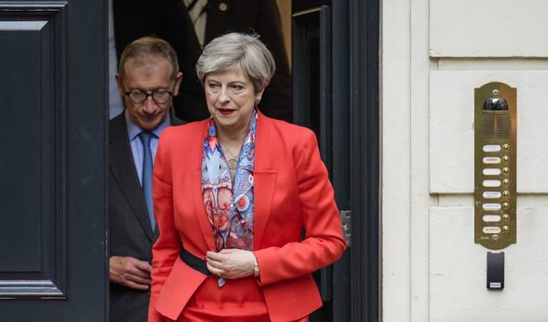 Brytyjska premier Theresa May otrzymała od królowej Elżbiety II misję stworzenia nowego rządu