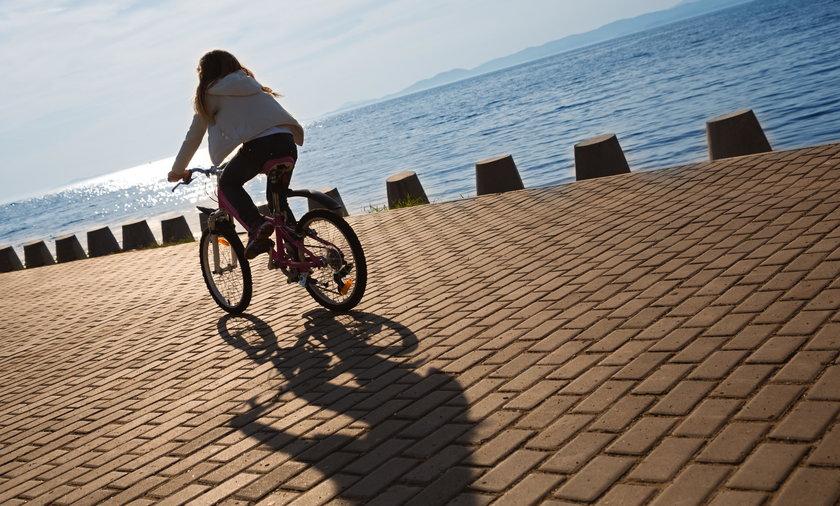 Bartoszyce. 10-latka jechała na rowerze. Zahaczyła szyją o metalową linkę