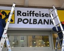 W  lipcu 2017 r. Raiffeisen Bank International AG poinformował, że postanowił zawiesić ofertę publiczną akcji spółki zależnej Raiffeisen Bank Polska ze względu na niedostateczny poziom zainteresowania ofertą ze strony inwestorów.