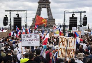Wielkie protesty we Francji przeciwko paszportom sanitarnym