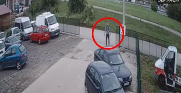 Mladen je snimljen na ulazu u jedan auto-servis