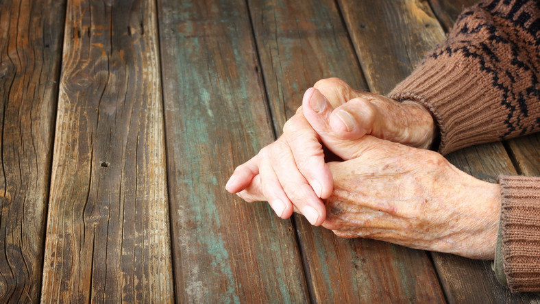 Dłonie starszego mężczyzny