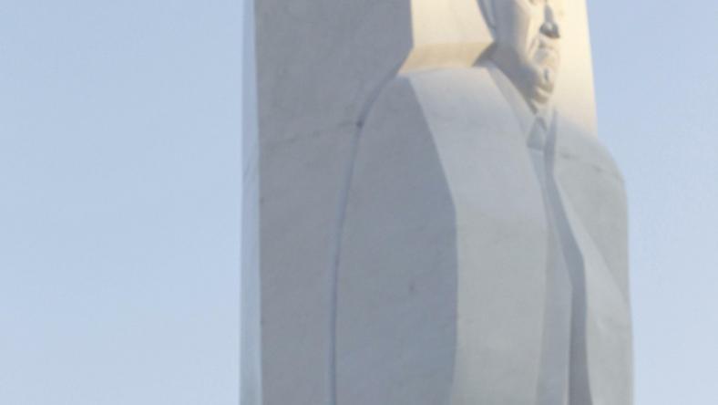 Dmitrij Miedwiediew przy pomniku Borysa Jelcyna w Jekaterynburgu, fot.Reuters