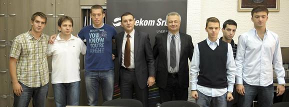 Oni su reprezentacija Srbije: bivši đaci gimnazije sa direktorom škole Srđanom Ognjanovićem i Telekoma Brankom Radujkom