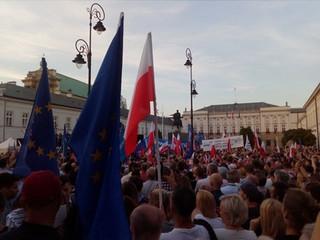Ziobro krytykuje tęczowe flagi w czasie protestów. KPH odpowiada: Protestowanie jest naszym obowiązkiem