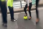 """""""Ronaldo"""" u štiklama: Nakon ovog snimka, nikada više nećete reći da žene """"ne poznaju fudbal"""" /VIDEO/"""