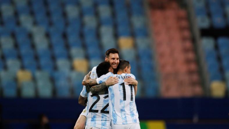 Lautaro Martinez, Lionel Messi i Angel Di Maria celebrujący bramkę strzeloną Ekwadorowi