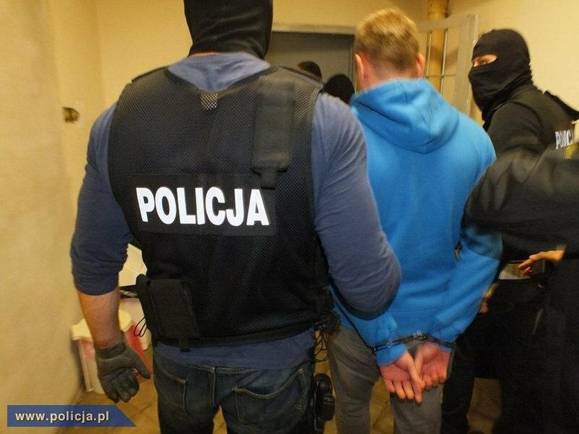 """Policjanci CBŚ zatrzymali we Wrocławiu dwóch 25-latków podejrzanych o wytwarzanie """"pigułek gwałtu"""""""
