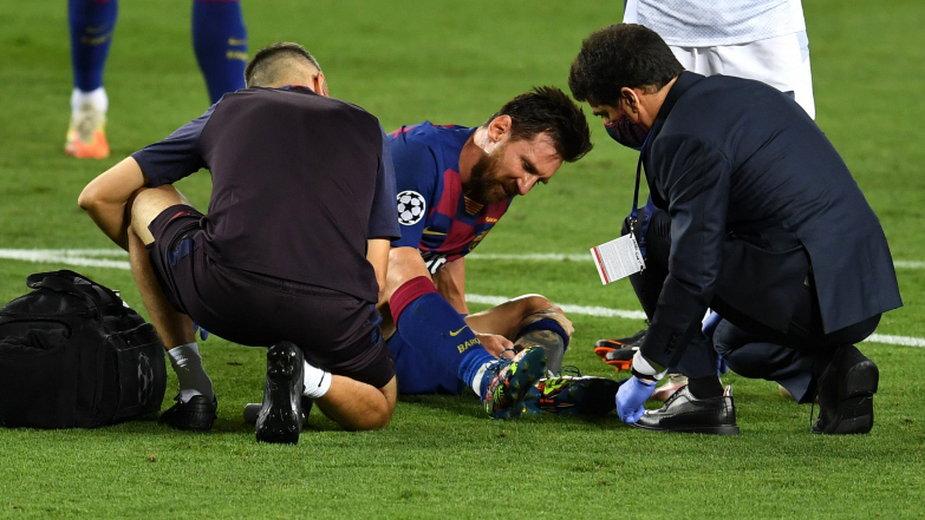 Messi opatrywany przez sanitariuszy / Fot. Getty Images