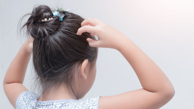 Dziecko dotyka włosów