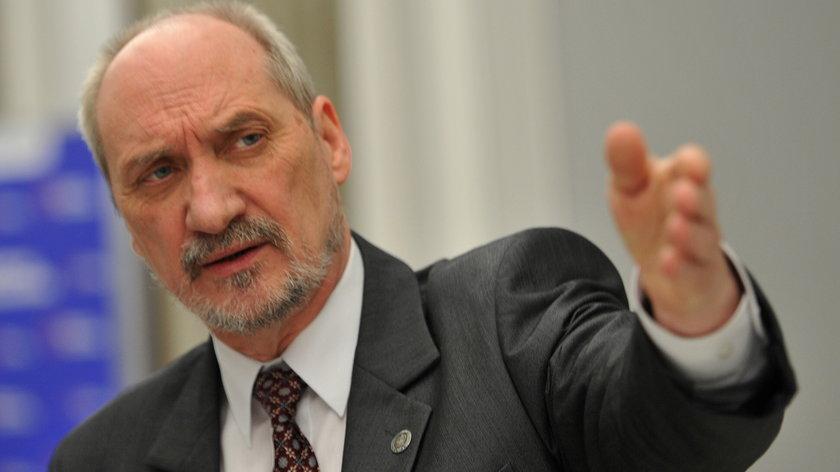 Macierewicz podejrzewa swoich żołnierzy o zamach w Smoleńsku
