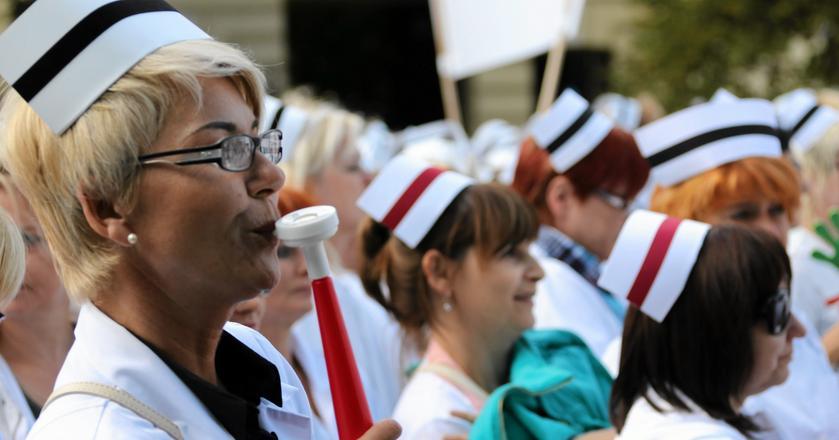 Pielęgniarki i położne od lat domagają się wyższych wynagrodzeń i poprawy warunków pracy, w tym większej liczby opiekunów medycznych - wykonujących najprostsze czynności