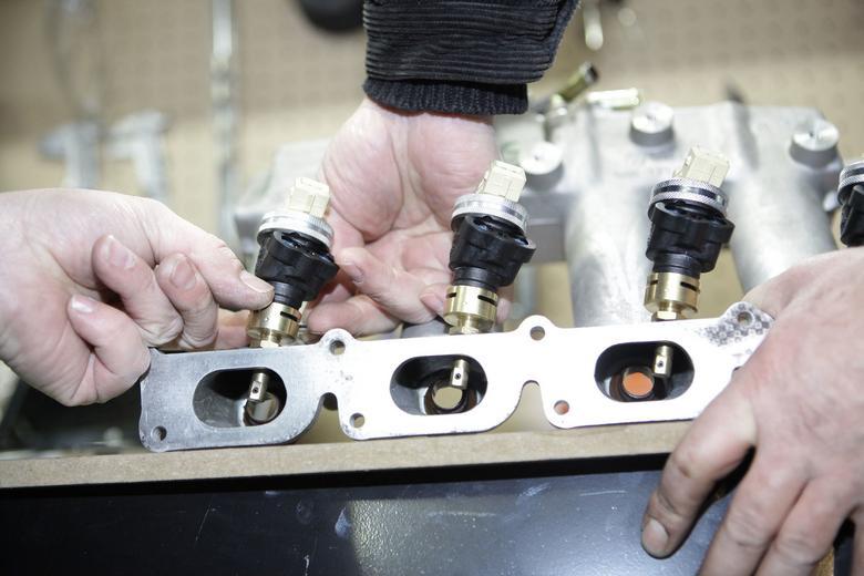 W kolektorze ssącym osadza się stosunkowo duże wtryskiwacze paliwa gazowego.  To jedno z ograniczeń technicznych: nie w każdym silniku uda się zmieścić te elementy.