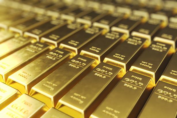 Powrót cen złota do zwyżek to także efekt wygasania rynkowego optymizmu, powiązanego z problemami związanymi z pandemią, głównie z nawracającymi lockdownami.