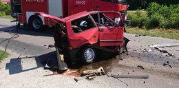 Kierowca zginął w zmiażdżonym cinquecento
