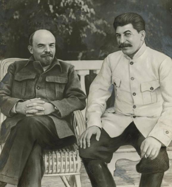 Ova fotografija Lenjina i Staljina je retuširana kako bi se