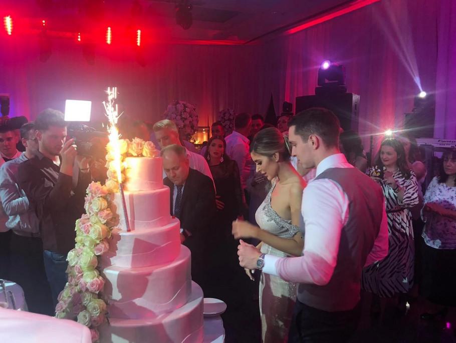 Stigla svadbena torta koja je sve ostavila bez daha