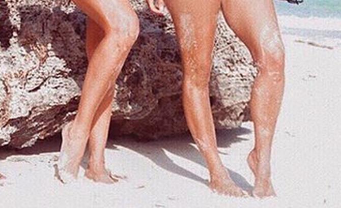 Kim i Kloi Kardašijan u kupaćim kostimima boje kože
