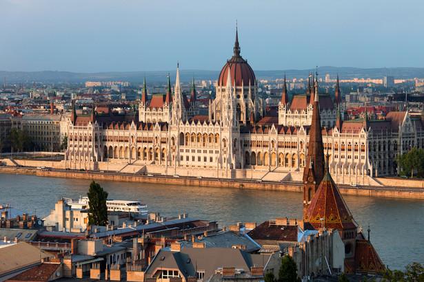 """Orban przekonuje, że stawką tych wyborów jest to, czy Węgry staną się """"państwem imigracyjnym"""", co według niego nastąpi w razie zwycięstwa opozycji. Mraz uważa, że jeśli wyborcy pokażą, iż są zadowoleni z rządu i jego pracy, to nie ma powodu, żeby ją zmieniać i w trzeciej z rzędu kadencji będzie kontynuowanie wzmacnianie klasy średniej, powiększanie narodowej własności we wszystkich gałęziach oraz obrona interesów Węgier na scenie międzynarodowej. Juhasz spodziewa się zaś kontynuowania budowy nieliberalnego systemu, w tym uniemożliwienia pracy krytycznych wobec rządu NGO i likwidacji resztki wolnej prasy."""