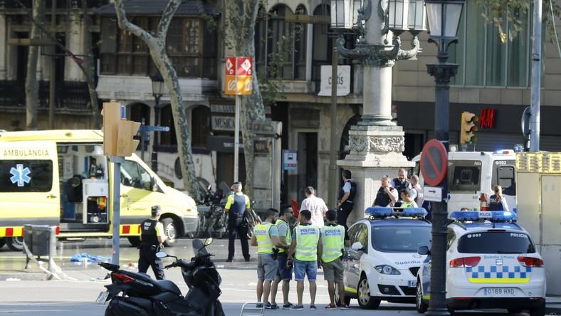 - Nie ma nikogo w żadnej restauracji w Barcelonie. Aresztowaliśmy jedną osobę, którą uznajemy za terrorystę - poinformowała na Twitterze katalońska policja.
