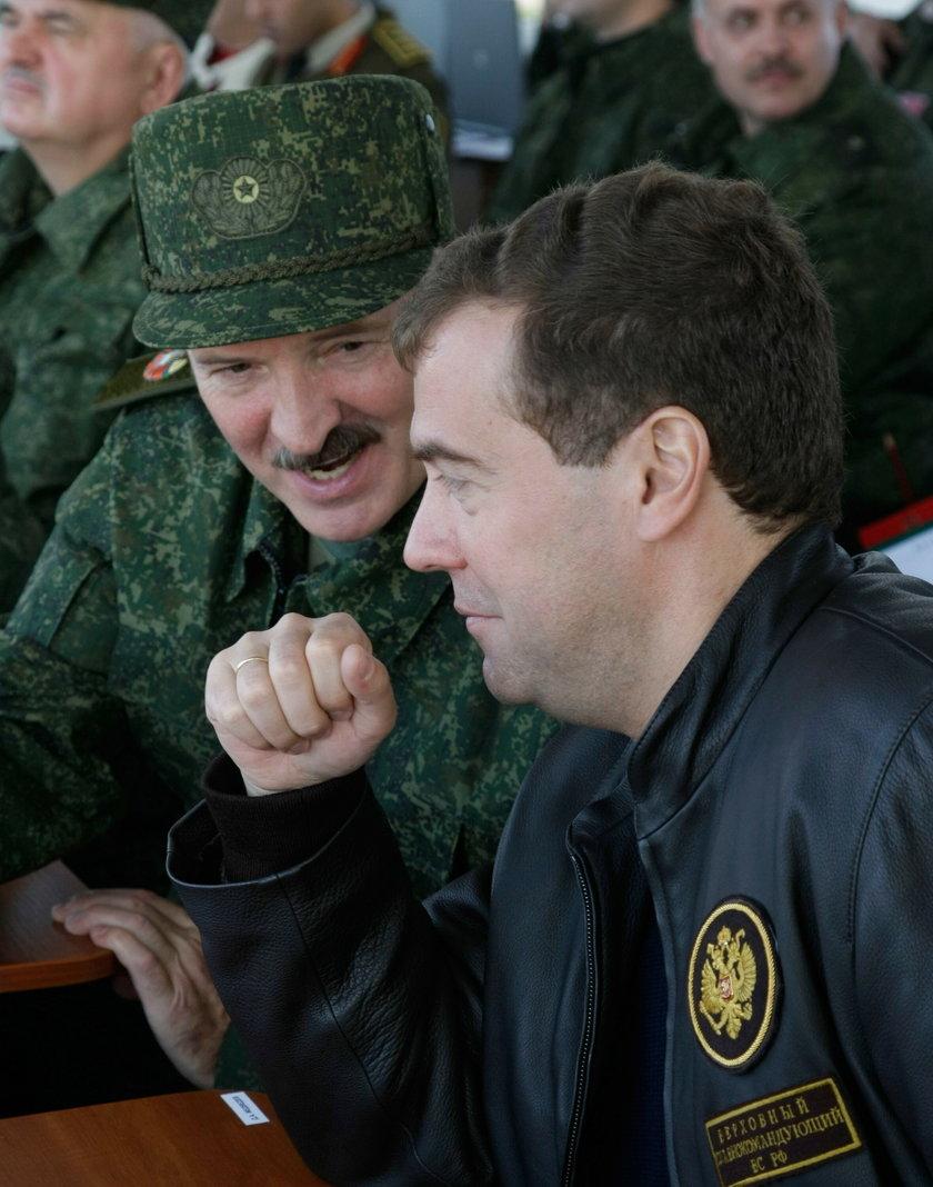 Prezydent Rosji Dmitrij Miedwiediew i prezydent Białorusi Aleksander Łukaszenka,.