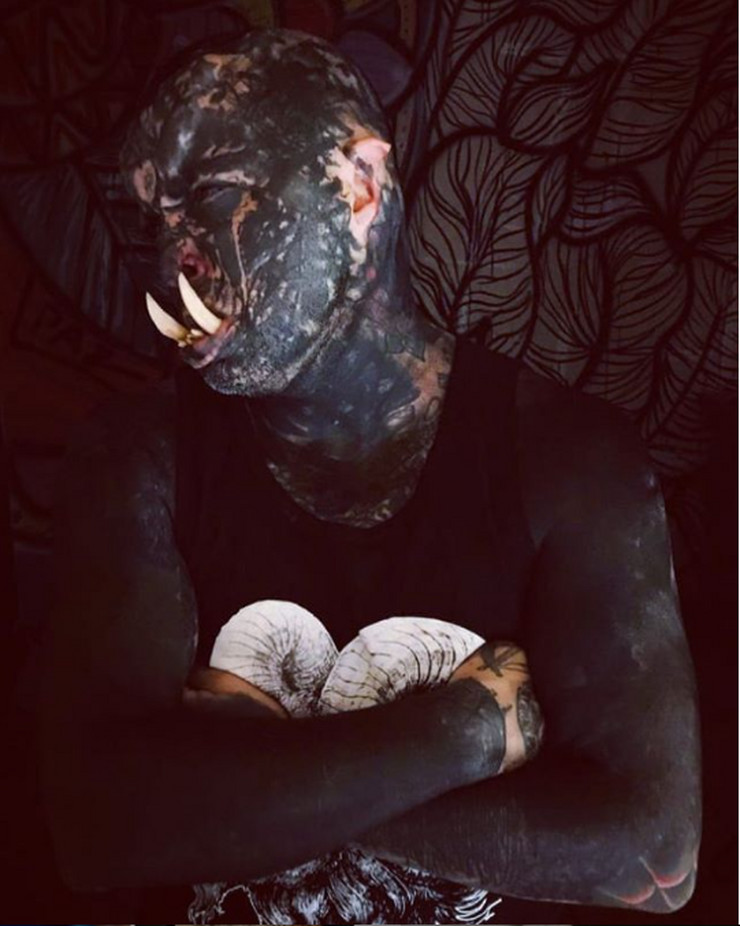 Ork, prekriven tetovažama