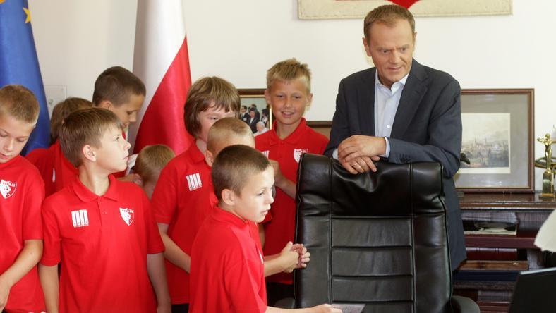 Premier z najmłodszymi piłkarzami, fot. PAP/Bartłomiej Zborowski