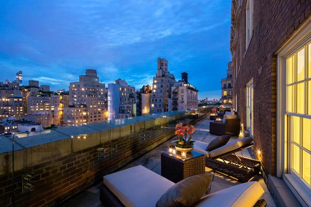 1. Apartament hotelu The Mark (Nowy Jork, USA) – 75,000 USD za noc Wykończony w nowoczesnym stylu lokal zajmuje dwa ostatnie piętra hotelu The Mark, który znajduje się w nowojorskiej dzielnicy Upper East Side. Jest to największy (1,115 m.kw.) apartament hotelowy w USA, dysponujący biblioteką, ogromnym salonem który można błyskawicznie przekształcić na salę balową, oraz ogromnym tarasem (223 m.kw.) na dachu (z widokiem na Central Park). Zaprojektował go znany architekt i dekorator wnętrz Jacques Grange. Co ciekawe, goście dysponują prywatnym wejściem do sklepu Bergdorf Goodman, który jest tylko dla nich czynny 24 godziny na dobę. Na parterze hotelu The Mark znajduje się restauracja jednej z gwiazd światowej kuchni - Jean-Georges'a Vongerichtena.