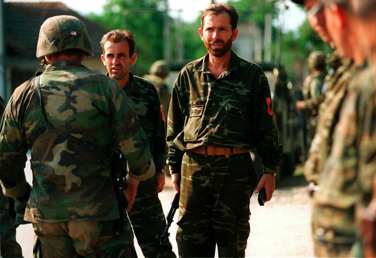 ovk vojnici predaju oružje selo Žegra Kosovo 30 jun 1999 foto Wikipedia