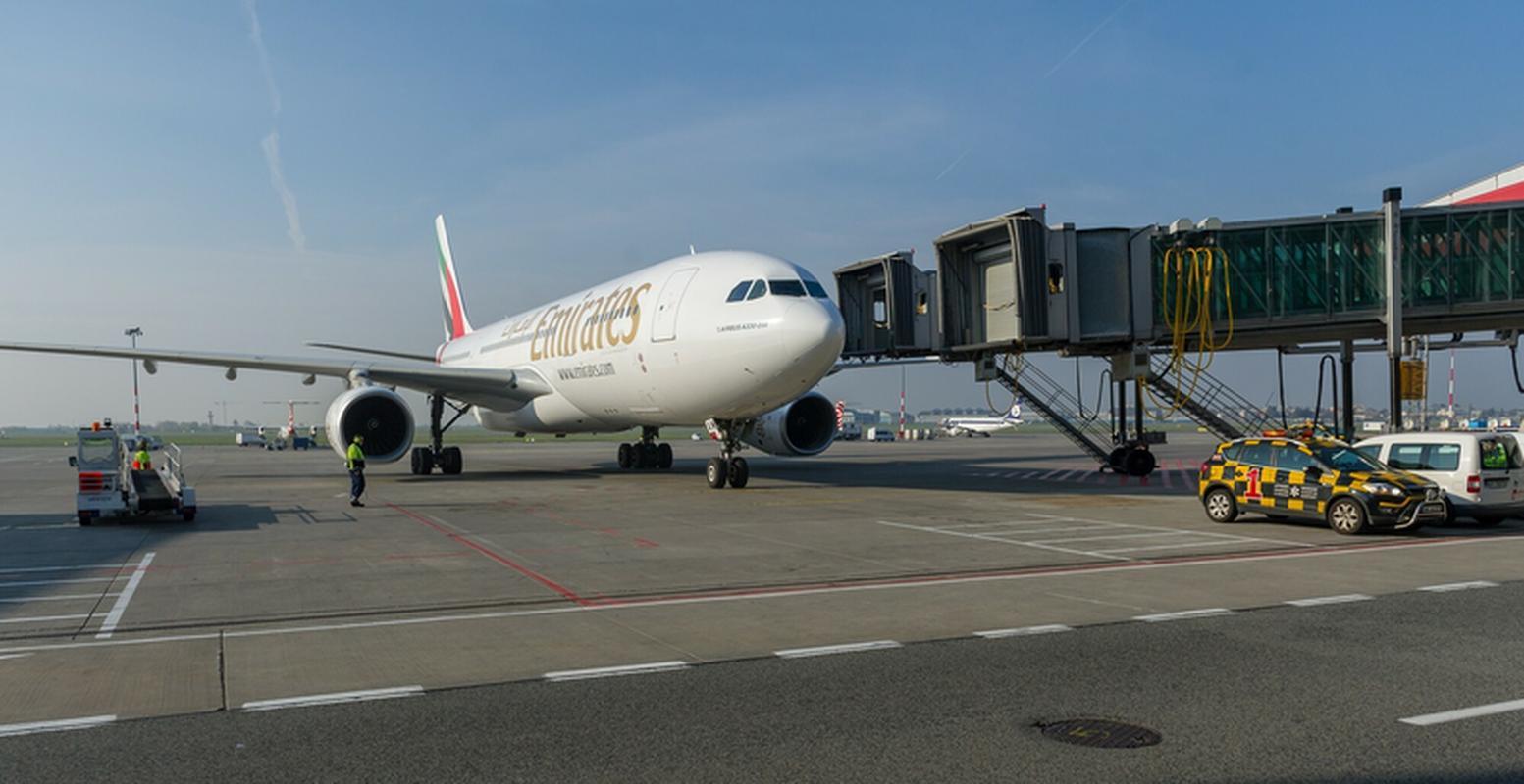Airbus A330-200 w barwach Emirates początkowo obsługiwał połączenie między Dubajem i Warszawą. Został zastąpiony przez Boeinga 777-300ER