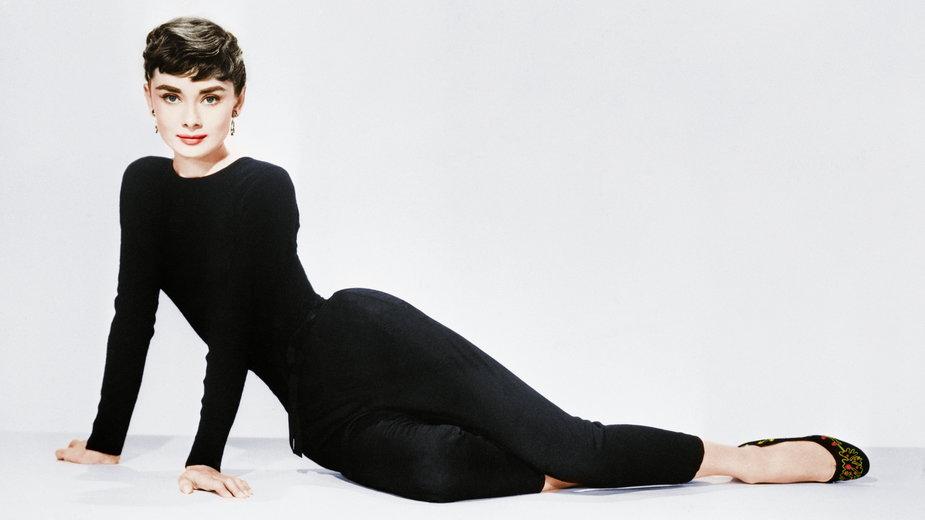 """Audrey Hepburn w trakcie sesji zdjęciowej promującej film """"Sabrina"""" - 1954 r."""