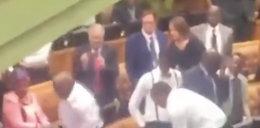 Ostra bójka w parlamencie. Zobacz video