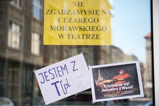 Aktorzy Teatru Polskiego we Wrocławiu wręczyli przyszłemu dyrektorowi bilet powrotny do Warszawy