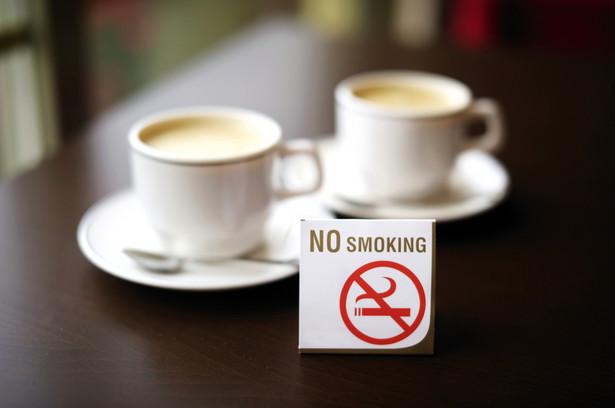 """Nie wszystkie miejsca zostały ujęte w przepisach (głównie te, w których gromadzi się dużo ludzi), ponieważ ustawa pozwala na regulowanie palenia w """"innych pomieszczeniach dostępnych do użytku publicznego"""""""