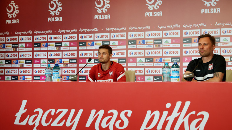 Piłkarz reprezentacji Polski Karol Linetty (L) i team menedżer kadry Jakub Kwiatkowski (P) podczas konferencji prasowej w Gdańsku