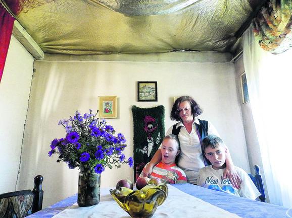 Majci Marini Luković (slika levo) olakšali smo tešku borbu za normalan život, koju vodi u svoje ime i u ime svog sina Lazara, koji boluje od Daunovog sindroma