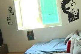 """IMA 41 GODINU I ŽIVI SA TATOM Još uvek ima i postere po sobi, kažu mu: """"Kao da imaš 16 godina"""""""