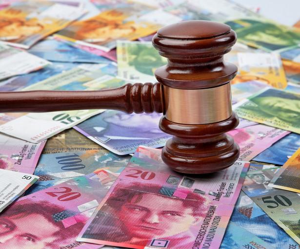 """Pod projektem uchwały, wzywającej KNF, UOKiK i Prokuratora Generalnego do wyeliminowania z obrotu prawnego w RP """"umów kredytowych, indeksowanych w walucie obcej lub denominowanych w walucie obcej, zawierających niedozwolone klauzule umowne (tzw. abuzywne)"""" podpisało się 32 senatorów PiS."""