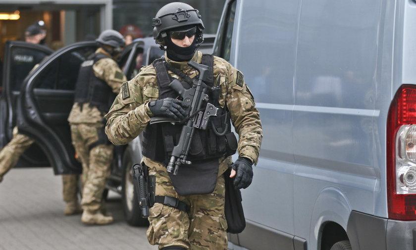 Strzelanina w Krakowie. Rzucił się na policjanta, zginął na miejscuStrzelanina w Krakowie. Rzucił się na policjanta, zginął na miejscu