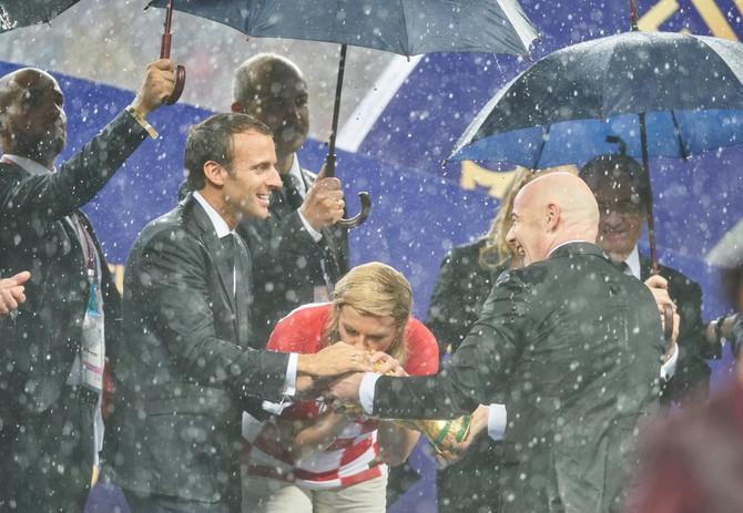 Kolinda Grabar Kitarović sa predsednikom Francuske Emanuelom Makronom i Đanijem Infantinijem, predsednikom FIFE, na finalu Mundijala 2018. u Rusiji, Hrvatska je tada zauzela drugo mesto, a Francuska postal šampion sveta