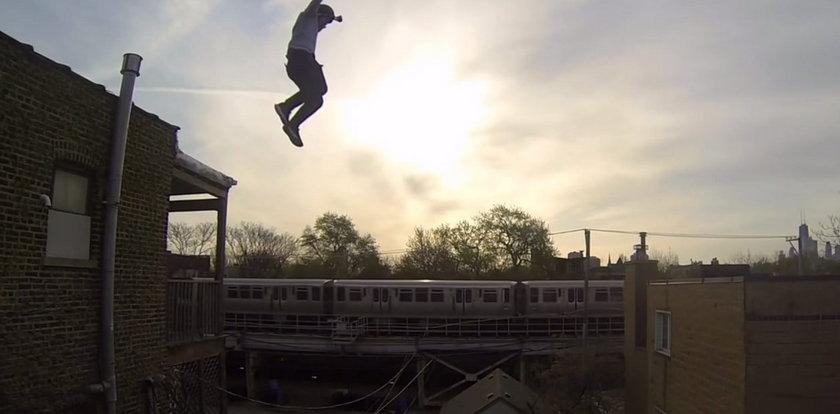 Śmiałek skacze z dachu, lepiej tego nie próbuj!