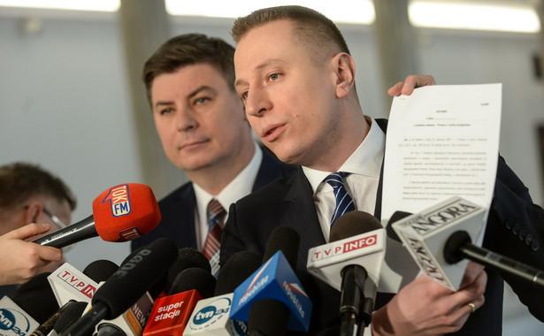 """Krzysztof Brejza (PO) ocenił, że mamy obecnie do czynienia ze """"skokiem PiS na wymiar sprawiedliwości"""". """"To, czego jesteśmy świadkami dzisiaj, to początek końca państwa prawa. Zamiast państwa prawa, PiS wprowadza prawo panów"""" - dodał poseł PO."""