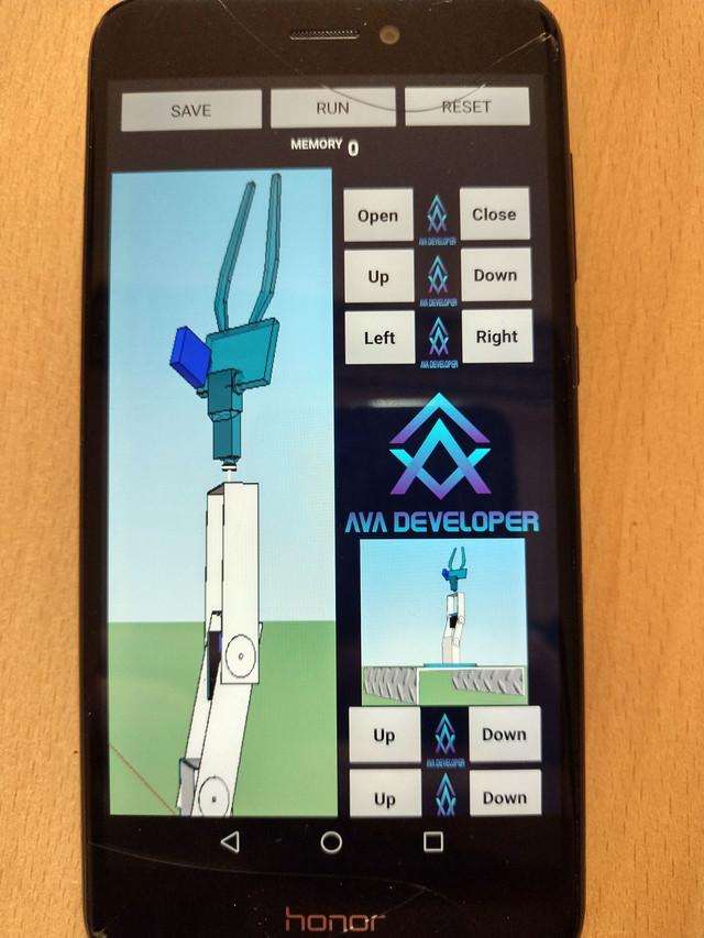Robot Miroslav se programira preko aplikacije koju su učenici Veljko i Aleksandra Aleksic sami napravili