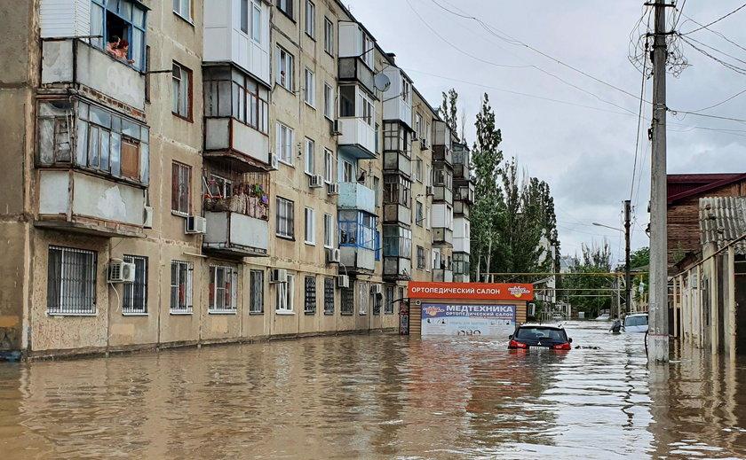 Gubernator Siergiej Aksionow nie wpuścił ochroniarzy do łódki. Musieli płynąć za nim