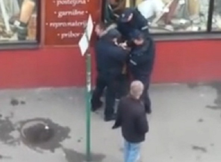 """Komunalna policija na delu: Lisice za """"švercerku"""" bez autobuske karta"""