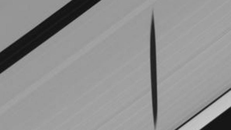Sonda Cassini dostrzegła cień księżyca Saturna na jego pierścieniach